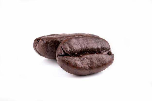 Geïsoleerde gebrande koffiebonen