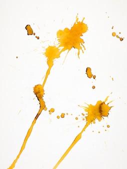 Geïsoleerde gele plons op papier