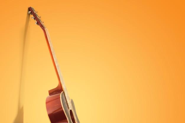 Geïsoleerde gitaar op geel