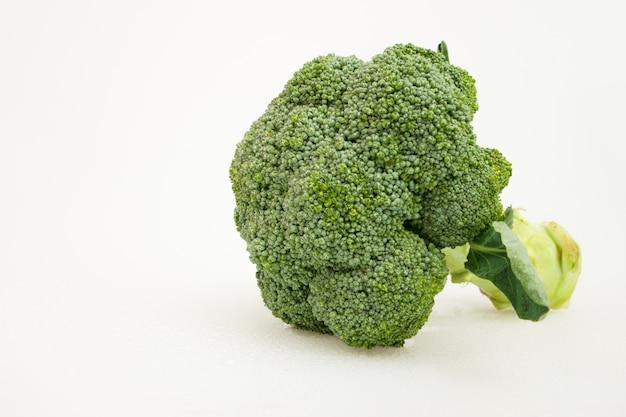 Geïsoleerde groene broccoligroente op wit. gezond eten.