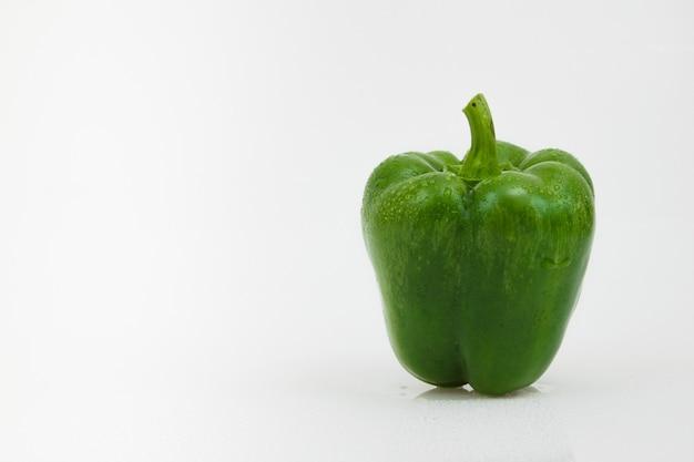 Geïsoleerde groene paprikagroente op wit.