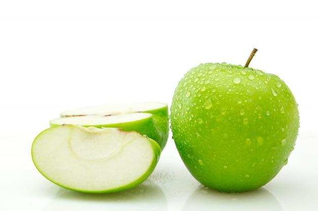Geïsoleerde half gesneden en volledig lichaam van groene appel op witte achtergrond, natte appel het knippen weg
