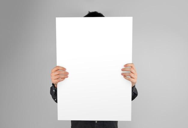 Geïsoleerde handen met een poster