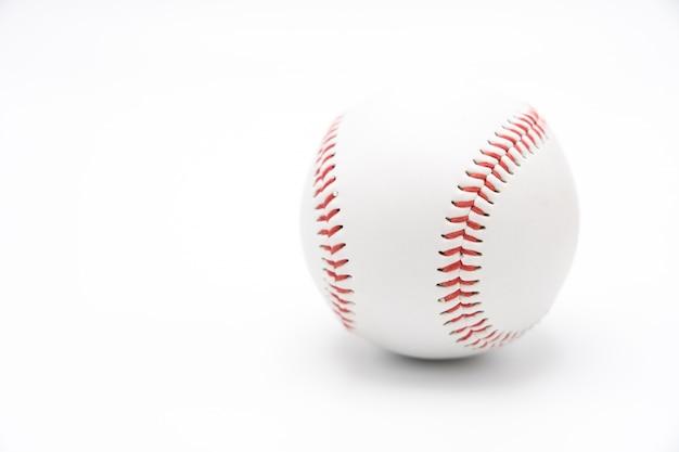Geïsoleerde honkbal op een witte achtergrond en rood stikkend honkbal. wit honkbal