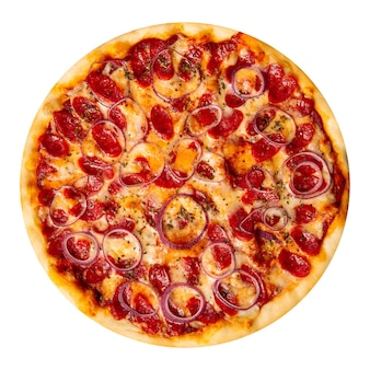 Geïsoleerde jagersworstpizza met rode ui