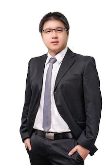 Geïsoleerde jonge aziatische bedrijfsmens in formeel kostuum met stropdas