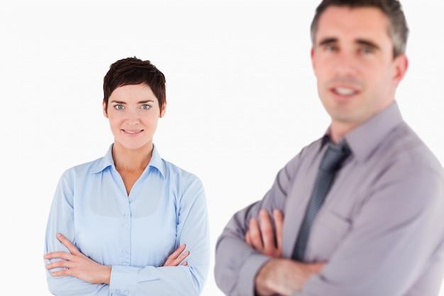 Geïsoleerde kantoorpersoneel poseren