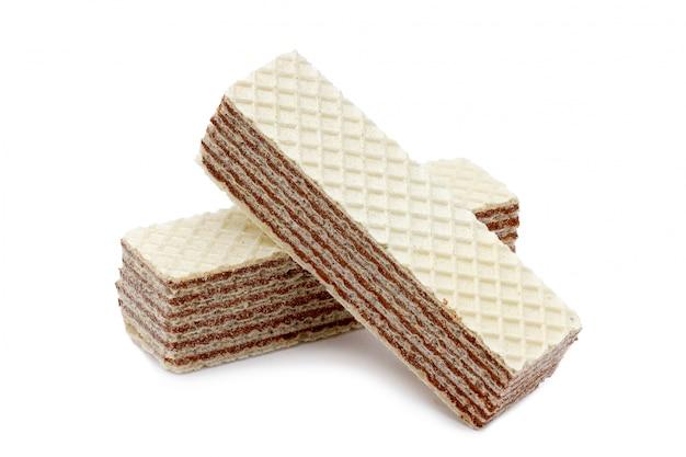 Geïsoleerde knapperige, chocolade nootachtige wafeltjes op een witte achtergrond