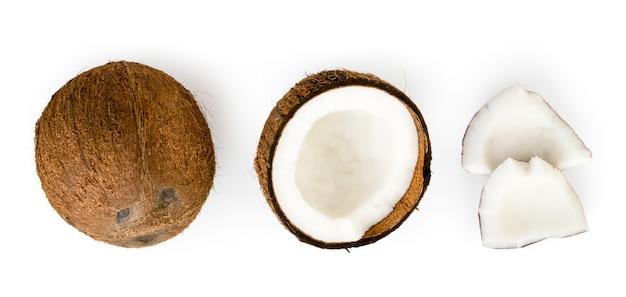 Geïsoleerde kokosnoot, de helft en stukken