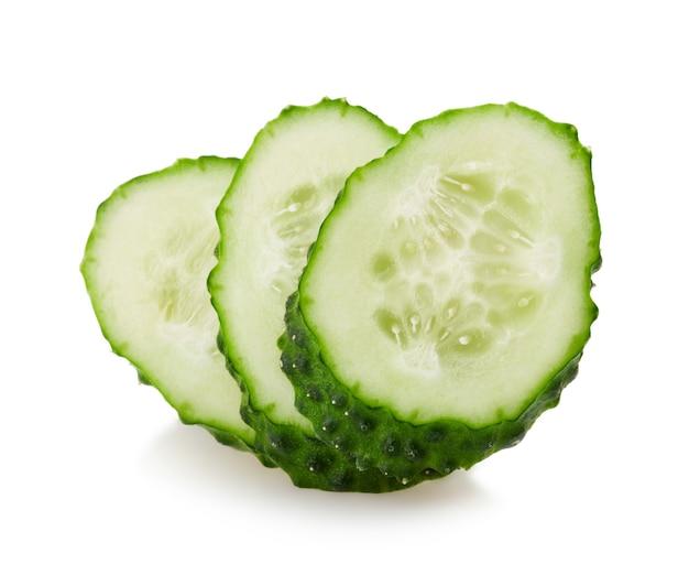 Geïsoleerde komkommerschijfjes