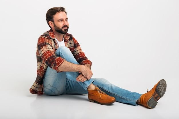 Geïsoleerde lachende knappe bebaarde man in hipster stijl