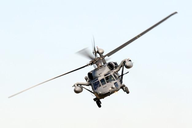Geïsoleerde lage hoek shot van een militaire havik manoeuvreren