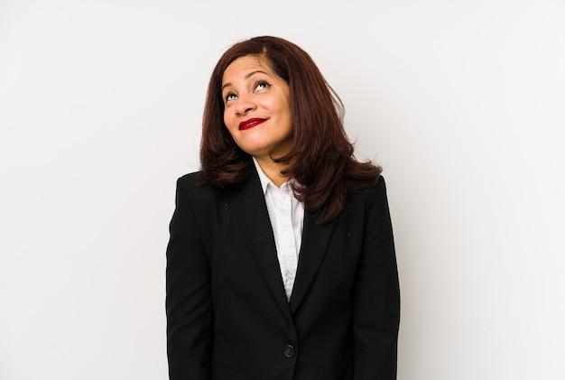 Geïsoleerde latijns-zakenvrouw van middelbare leeftijd dromen van het bereiken van doelen en doeleinden