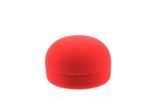 Geïsoleerde lege rode ringdoos op witte achtergrond