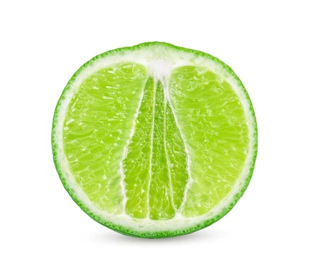 Geïsoleerde limoenen. geheel limoenfruit en plakjes geïsoleerd op een witte achtergrond met uitknippad
