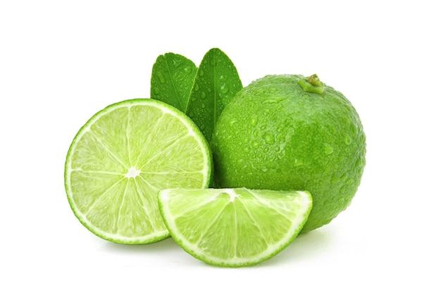 Geïsoleerde limoenen. natuurlijke verse limoen met waterdruppels en gesneden, groen blad geïsoleerd op een witte achtergrond