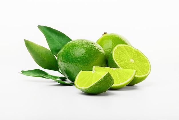 Geïsoleerde limoenen. vers gesneden limoen fruit geïsoleerd