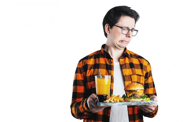Geïsoleerde man weigert ongezonde hamburger.