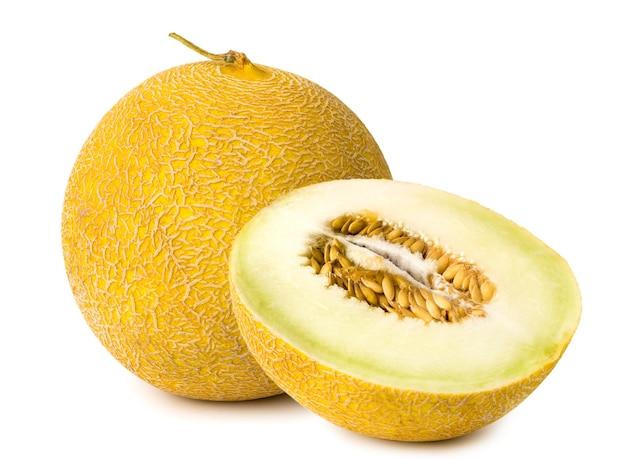 Geïsoleerde melonnd helft op wit, close-up.