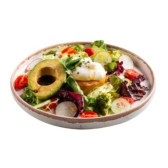 Geïsoleerde ontbijtkom met ei en groenten