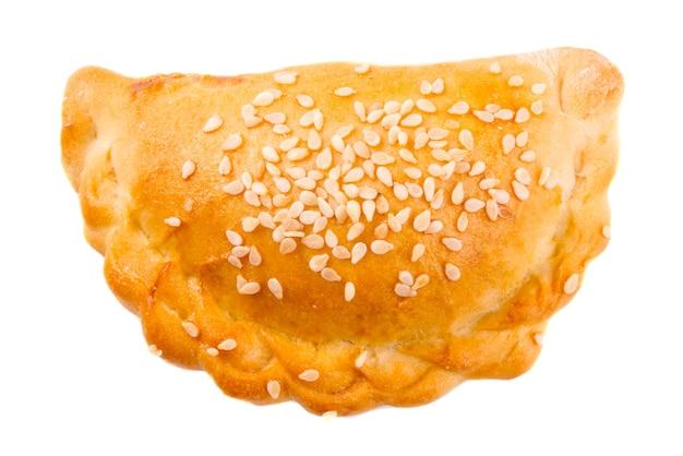 Geïsoleerde oosterse keuken vlees gevulde taart samsa