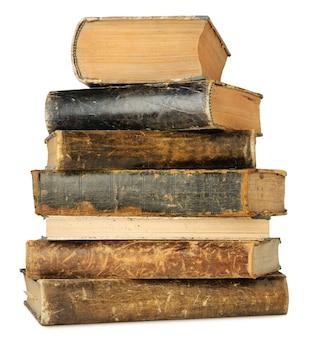 Geïsoleerde oude boeken. uitstekende boeken in een geïsoleerde stapel