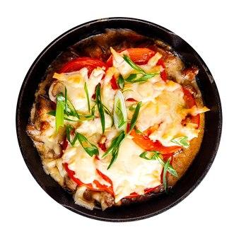 Geïsoleerde pan braadpan met tomaten en kaas