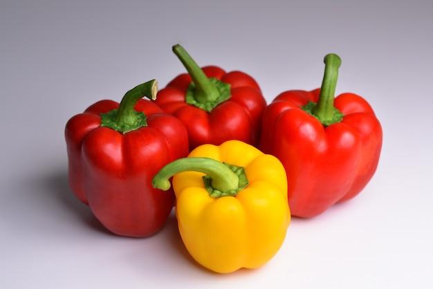 Geïsoleerde paprika's vier paprika's in verschillende kleuren