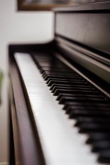 Geïsoleerde piano met niemand klaar om te spelen. professionele muzikale conservatoriumcarrière.