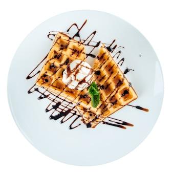 Geïsoleerde plaat van gebakken wafels met ijs
