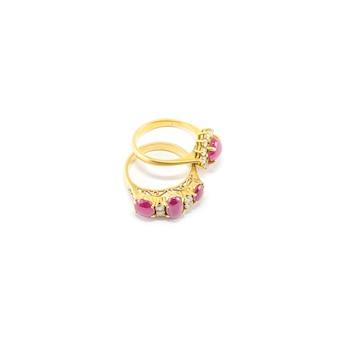 Geïsoleerde ring van het close-up de mooie roze kiezelsteen