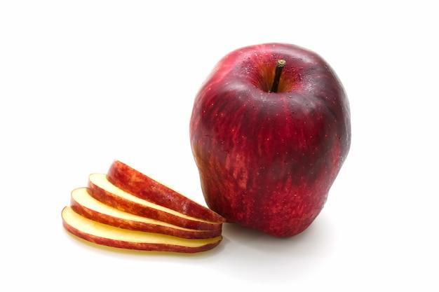 Geïsoleerde rode gesneden appel