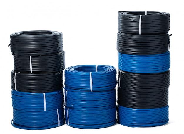 Geïsoleerde rollen van zwarte en blauwe kabel