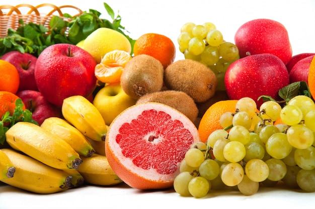 Geïsoleerde samenstelling met groenten en fruit in rieten mand