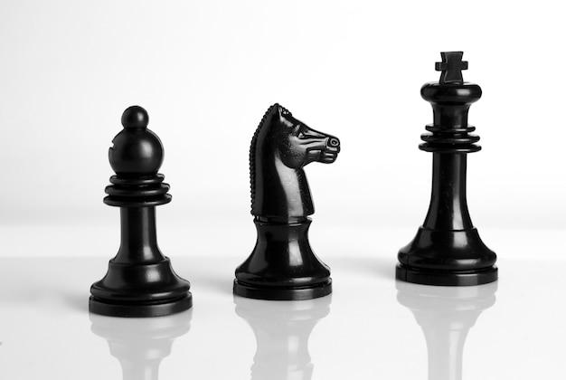 Geïsoleerde schaakstukken in zwart en wit