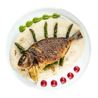 Geïsoleerde schotel van gastronomische gegrilde dorada-vis