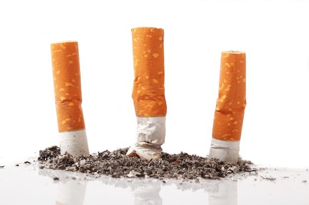 Geïsoleerde sigaret op wit