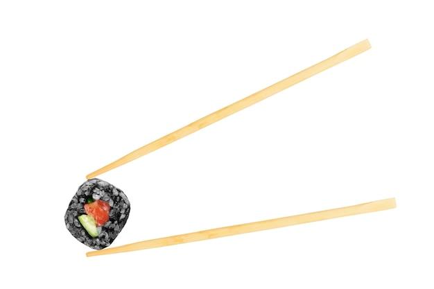 Geïsoleerde sushirol met stokjes