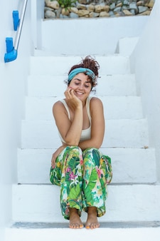 Geïsoleerde tropische vrouw op vakantie in europa. vrouw op de trap op spaanse reisbestemming.