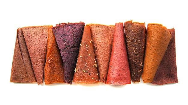 Geïsoleerde verschillende soorten natuurlijke zelfgemaakte veelkleurige pastilles met noten.