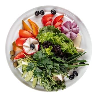 Geïsoleerde verse groentenschotel met greens