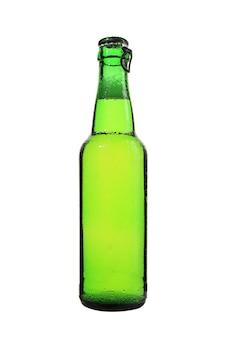 Geïsoleerde verticale shot van een groene glazen fles bier op een witte achtergrond