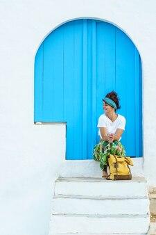 Geïsoleerde vrolijke vrouw op vakantie in europa. vrouw op de trap op spaanse reisbestemming.