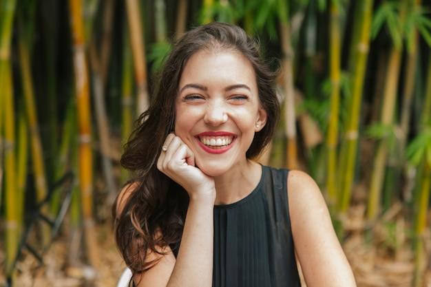 Geïsoleerde vrouw die bij een tuinterras lacht