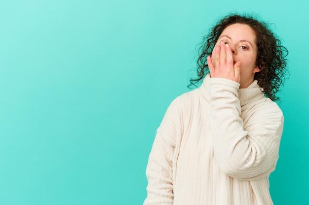Geïsoleerde vrouw met het syndroom van down lachen gelukkige, zorgeloze, natuurlijke emotie
