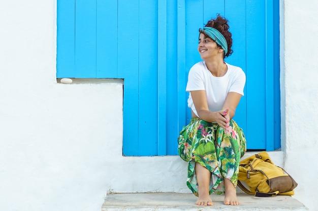 Geïsoleerde vrouw met rugzak op vakantie in europa. vrouw op trappen op spaanse reisbestemming.