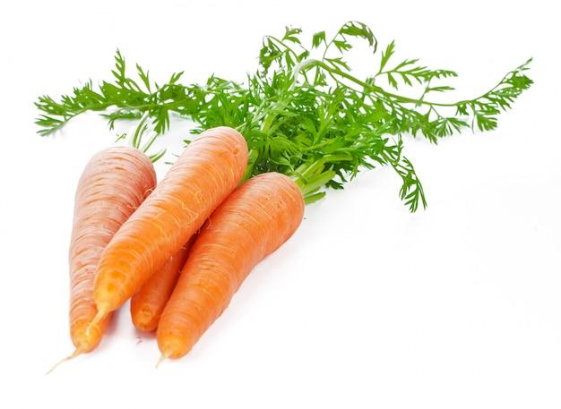 Geïsoleerde wortelen. hoop van verse wortelen met stengels