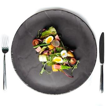 Geïsoleerde zomersalade met kwarteleitjes