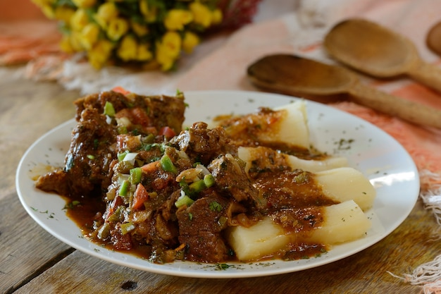 Geitenvlees met maniok. traditioneel gerecht uit de noordoostelijke braziliaanse keuken.