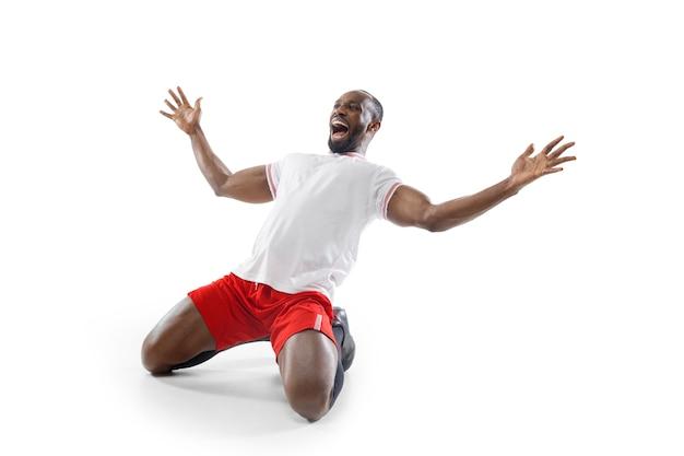 Gek, gek geluk. grappige emoties van professionele voetbal, voetballer geïsoleerd op een witte studio muur.